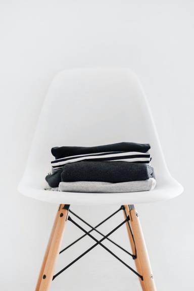 Baumwollshirts auf eine Stuhl