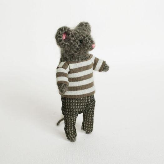Мышонок Эдвард в полосатой кофточке