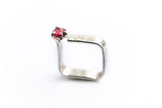 Квадратное серебряное кольцо с алой шпинелью: Кубизм