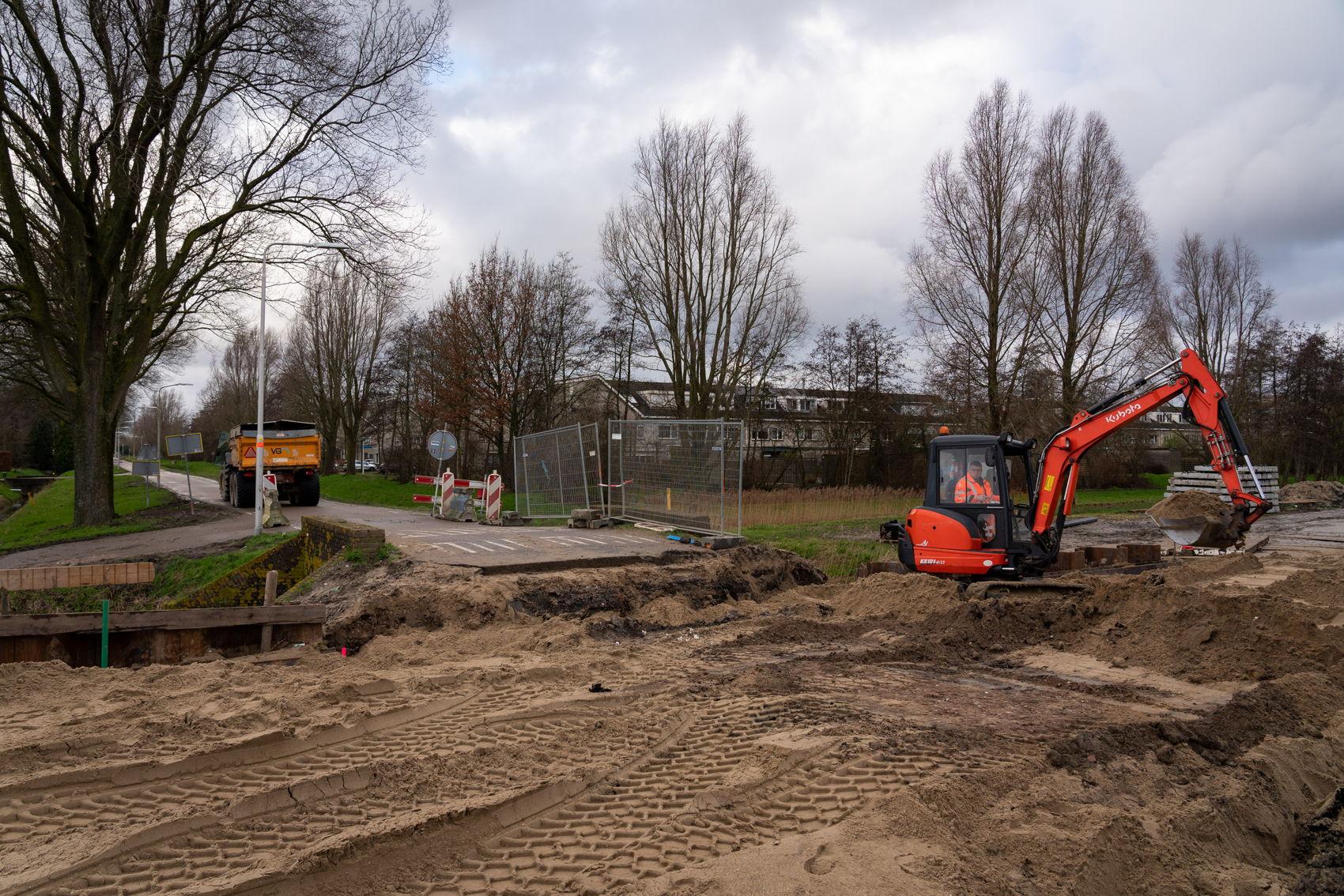 De J.C. van Hattumweg is tijdelijk onderbroken op de plek waar de spoorwegovergang komt.