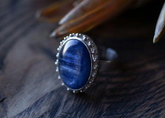 Крупное кольцо в винтажном стиле с синим кианитом