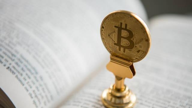 En bitcoin mønt på en bog