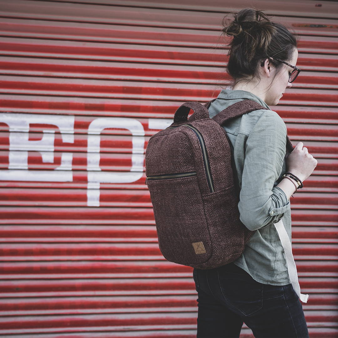 Sac à dos en chanvre éthique Biruwa couleur café porté par un mannequin