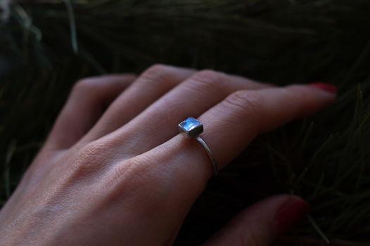 Тонкое серебрное колечко с маленьким квадратным лунным камнем