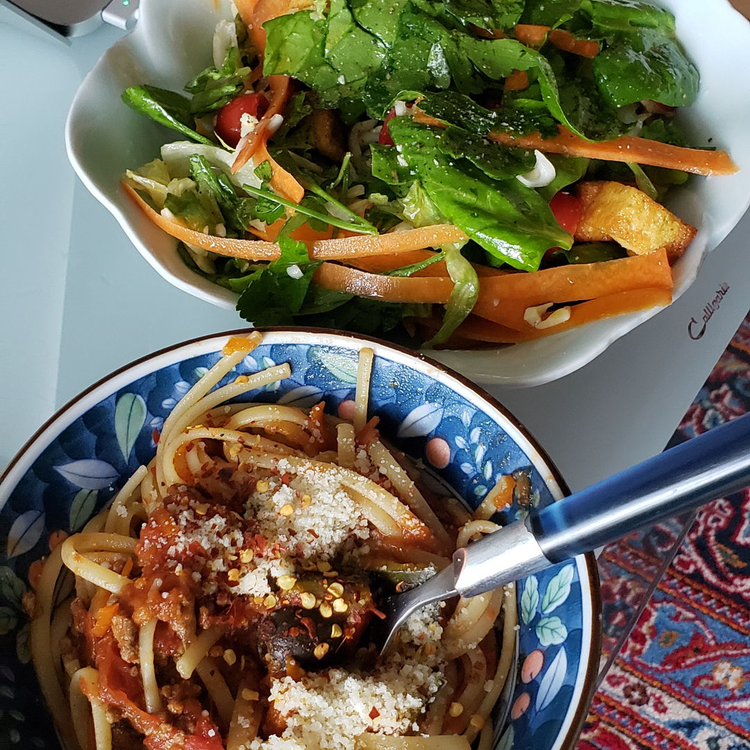 Spaghetti bolognese w green salad