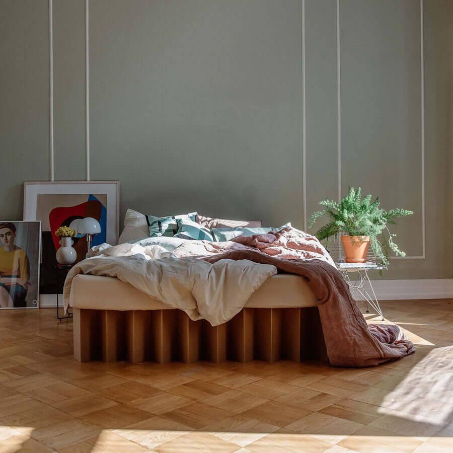 Das ROOM IN A BOX Bett aus Wellpappe kommt ganz ohne Lattenrost aus.