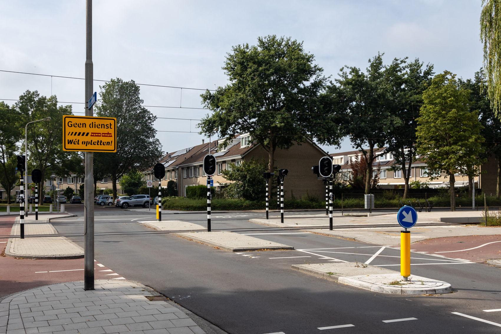 Bij de overwegen in Amstelveen-Zuid staan tijdelijk borden om u even te herinneren aan het feit dat er af en toe weer trams rijden.