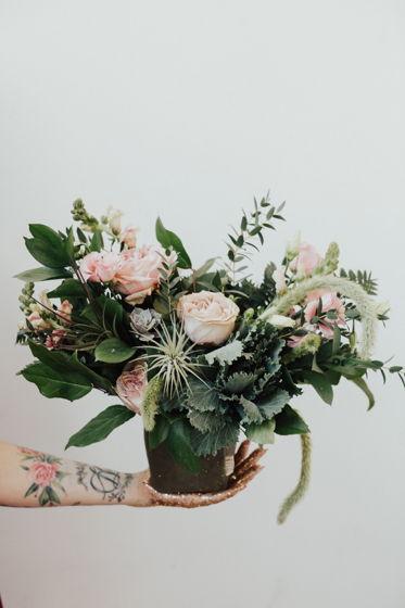 Композиция из живых цветов в крафт-мешочке S
