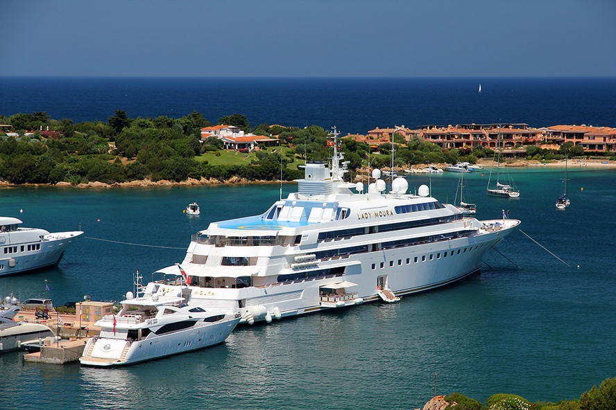 Порто Черво - Сардиния - Lady Moura_Luxury yacht in Costa Smeralda.jpg