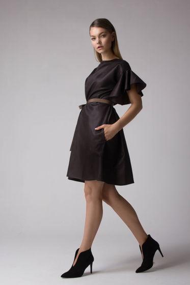 Шоколадное платье с рукавами-воланами и рапсовым поясом.