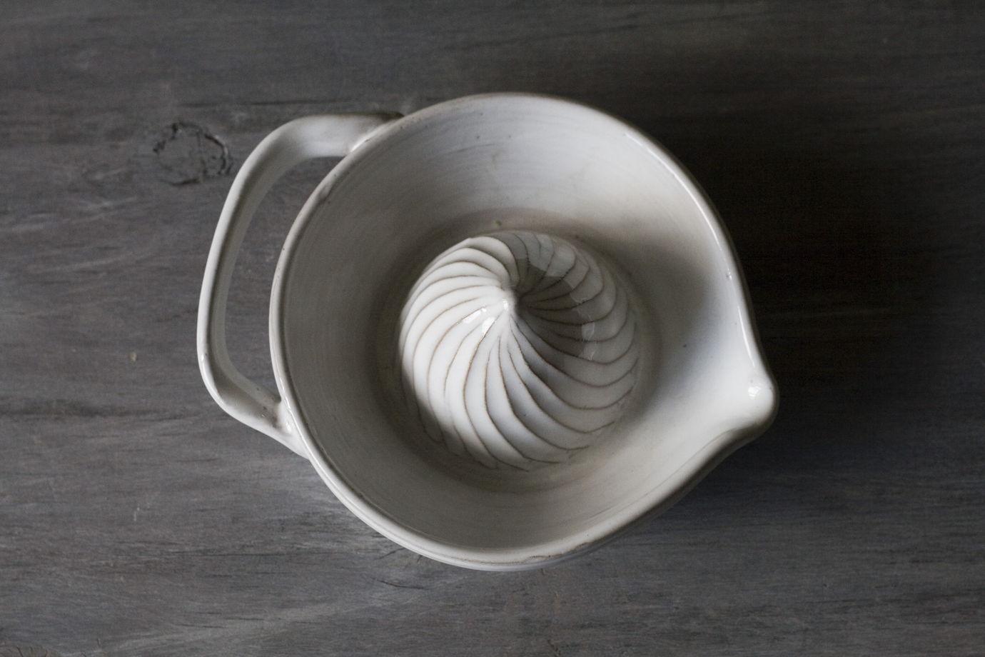 Керамическая ручная соковыжималка для цитрусовых (белая)