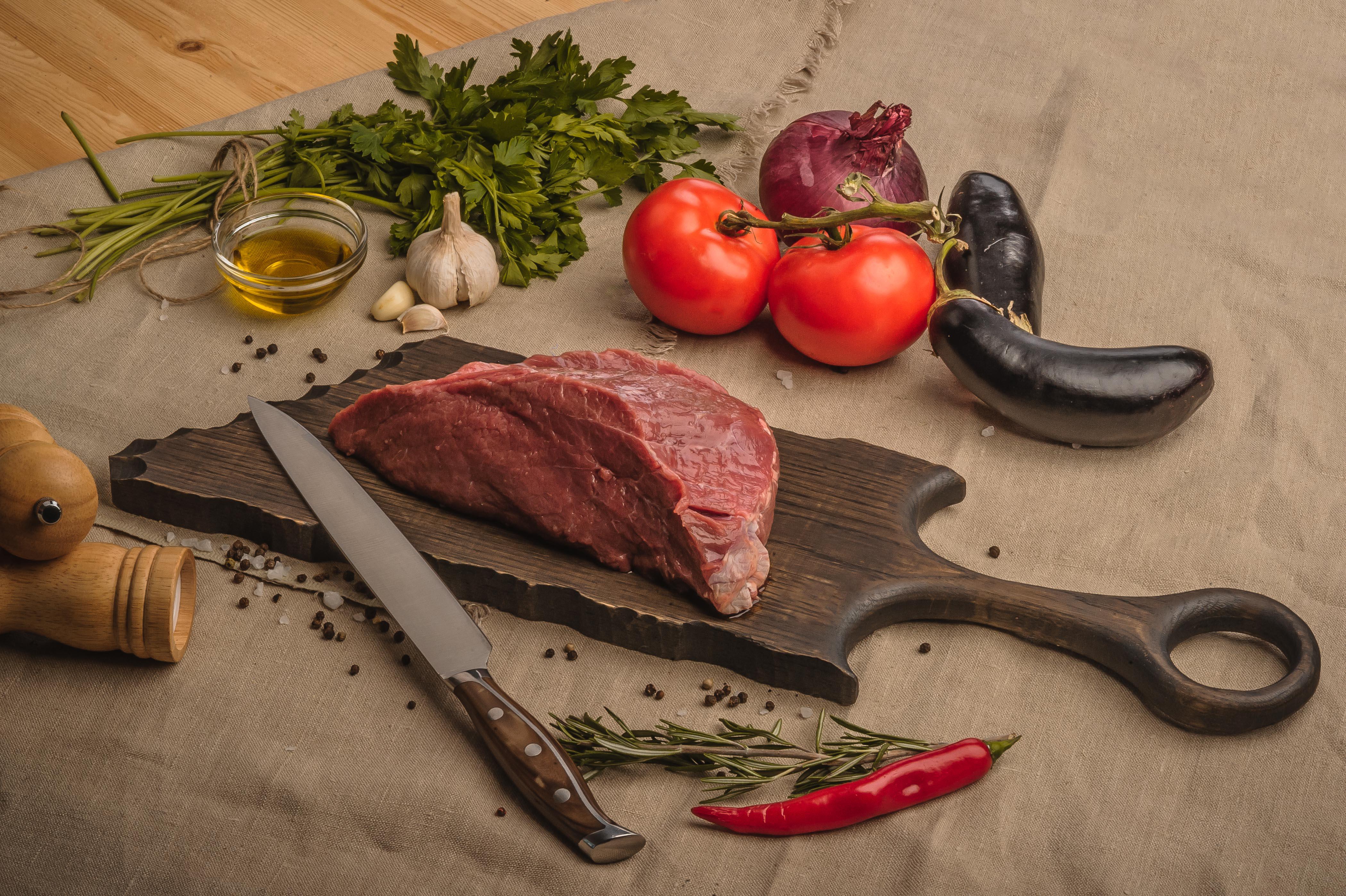 1.почему нельзя пользоваться одной разделочной доской для резки сырого мяса,хлеба и сырых овощей?