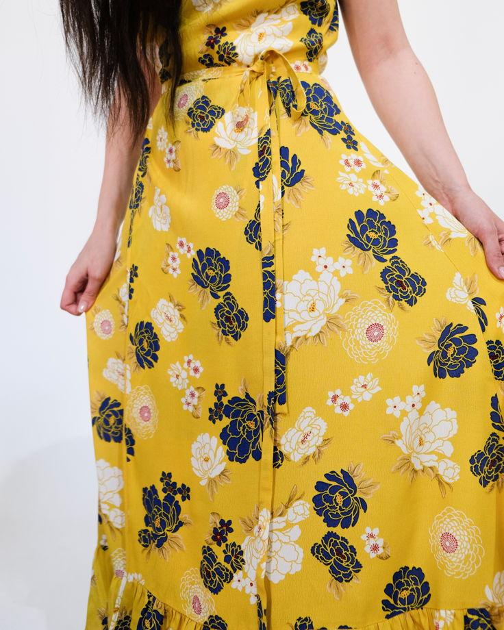 Платье на запах с ярким цветочным принтом