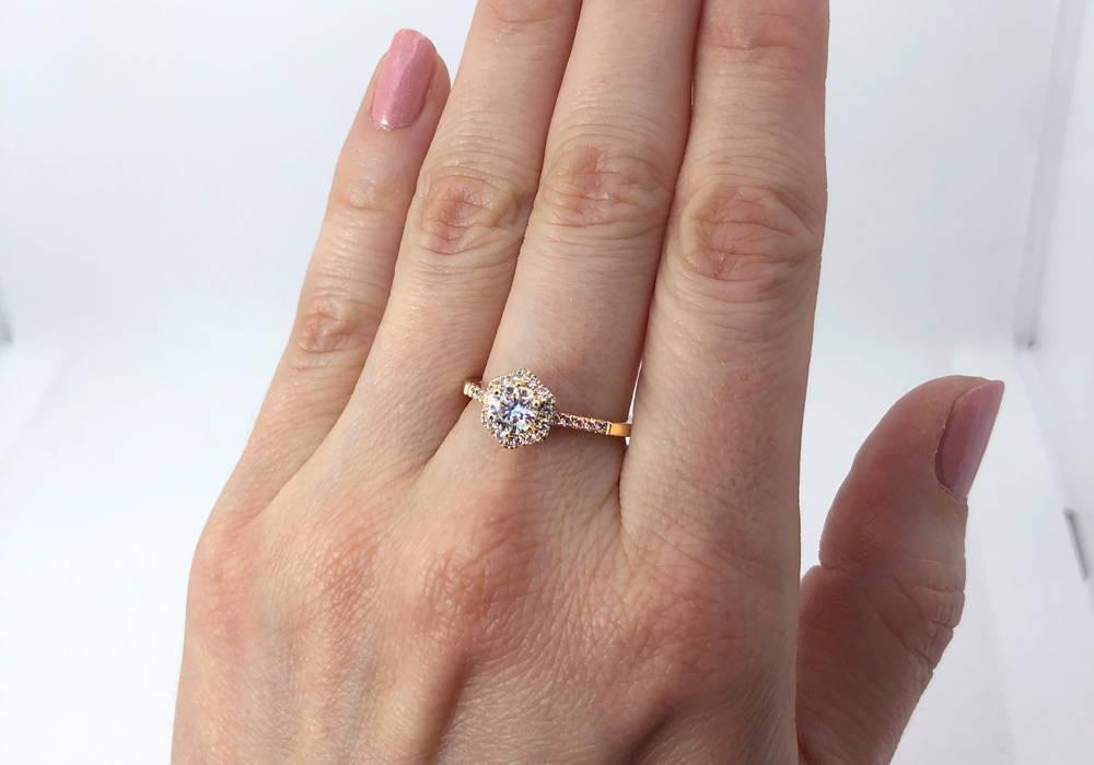 Semi-éternité avec un diamant monté sur griffes comme pierre principale. Le diamant est entouré d'un halo hexagonal de 18 diamants.