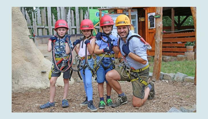 climb up kletterwelten kinder mit kletterausrüstung und trainer