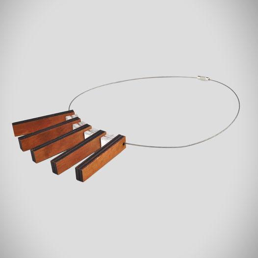 Колье из дерева и оргстекла на ювелирном тросе