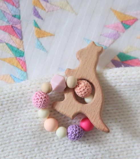 """Грызунок """"Кенгуру""""  в розовых цветах из пищевого силикона и дерева."""
