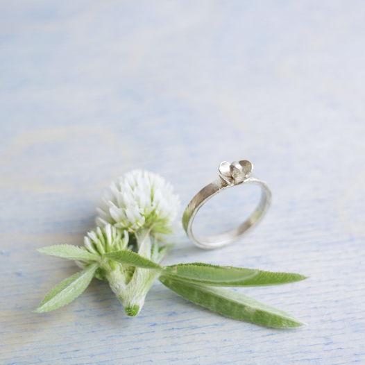 Кольцо ботаническое фактурное с маленьким цветочком из серебра