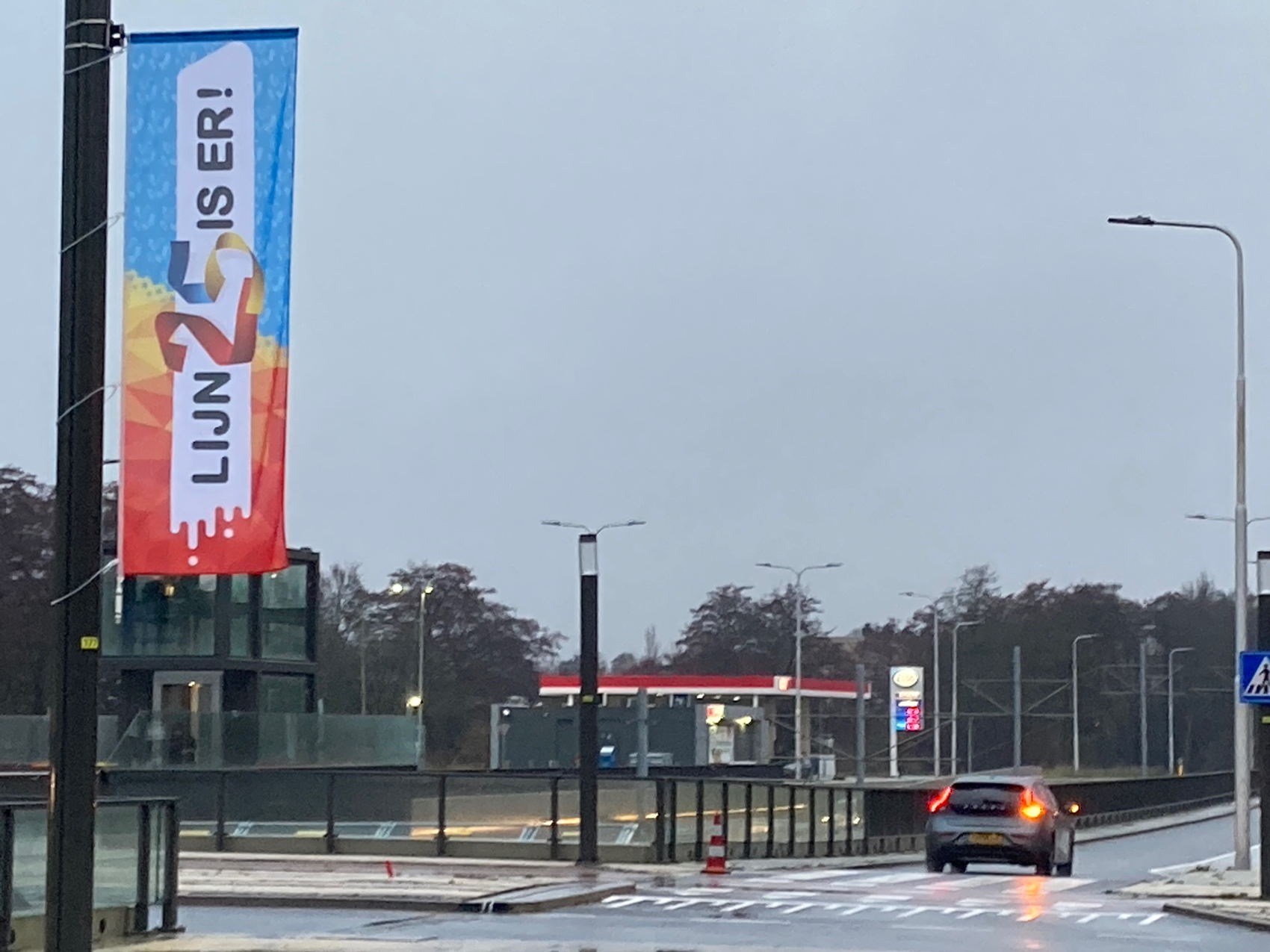 Op de nieuwe rotondes van Kronenburg, Zonnestein en Sportlaan hangen fier lijn 25 is er! banieren.