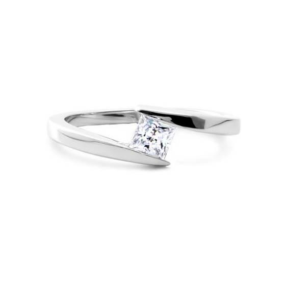 bague de fiançailles avec tige courbée avec diamant en or blanc