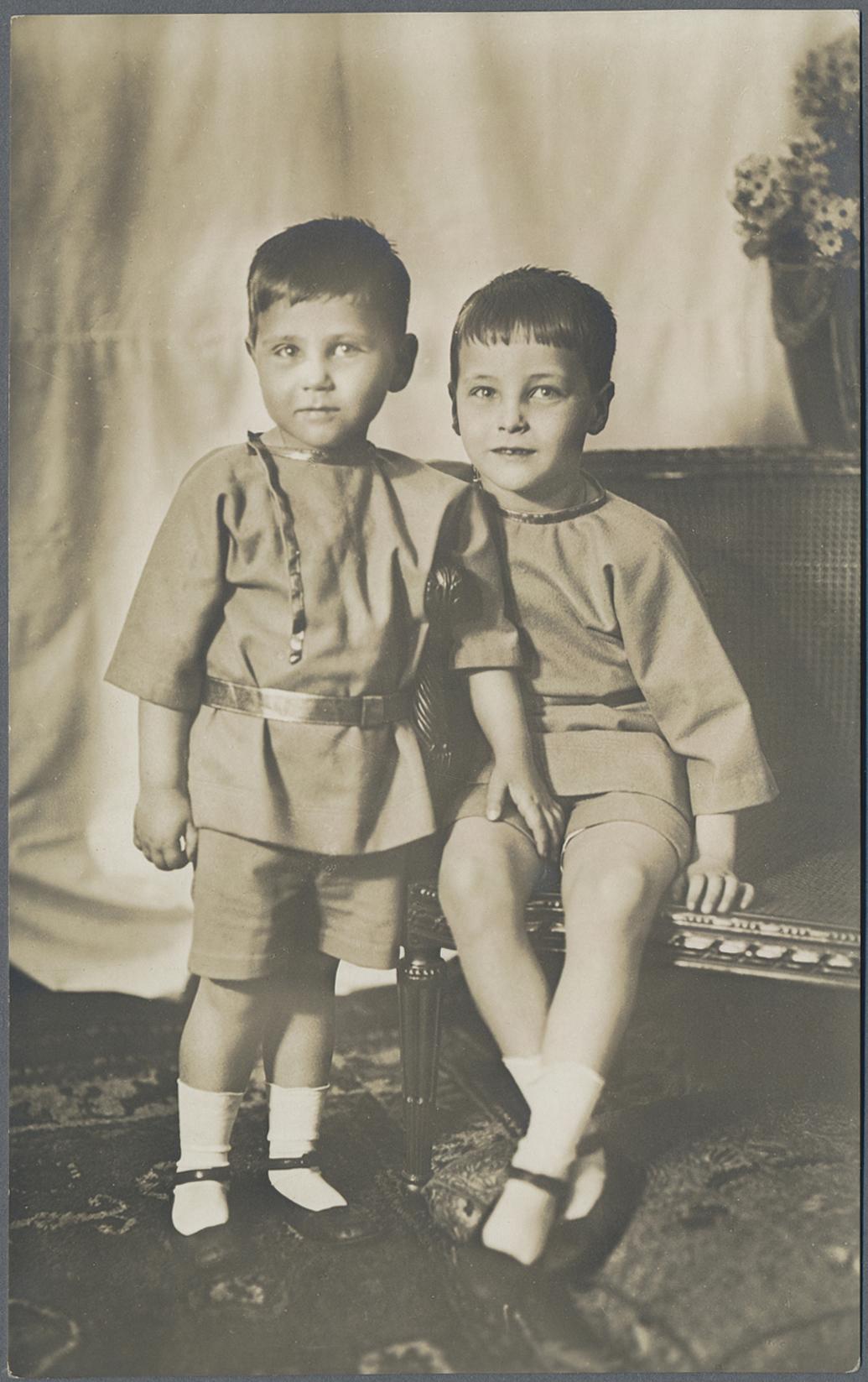 Hessische Prinzen (Söhne) im Sommerkleidung