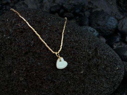 Чокер из золотого бисера с фарфоровой подвеской Серце. Серебро 925+позолота. Ручная работа.