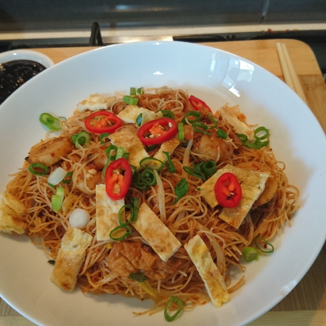 Date: 14 Jan 2020 (Tue) 61st Main: Mee Siam Goreng (Spicy Fried Rice Vermicelli Noodles) [183] [138.4%] [Score: 9.8] Here, Mee Siam Goreng is served with Sambal Kicap (top left corner).    Thank you Nyonya Cooking for another smashing dish!