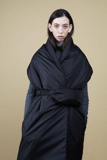 Утепленный черный жилет-одеяло