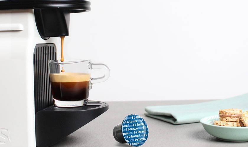 Nespresso Maschine mit Glas und Kaffee