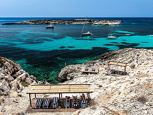 Málaga - On the Sicilian island of Favignana, Engel & Völkers is selling the Nido del Pellegrino Resort for 3.8 million euros. The approximately seven-hectare resort has a total of ten apartments. (Image source: Engel & Völkers Sicily Commercial)