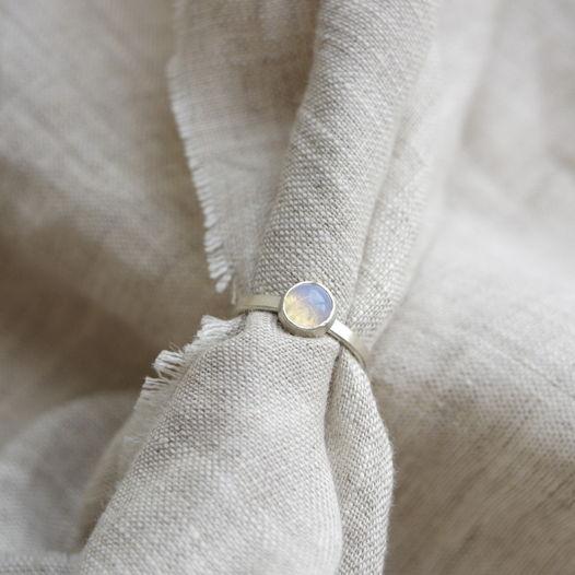 Кольцо из серебра фактурное с камнем. Опалит