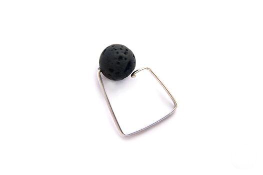 Лаконичное квадратное  серебряное кольцо с шариком лавы