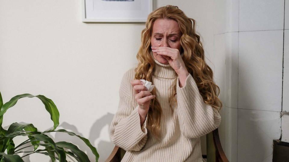 Femme souffrant d'allergie respiratoire