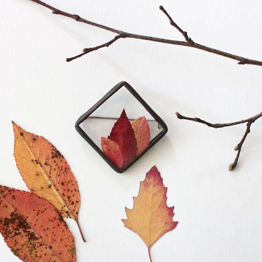 Брошь с осенними листьями