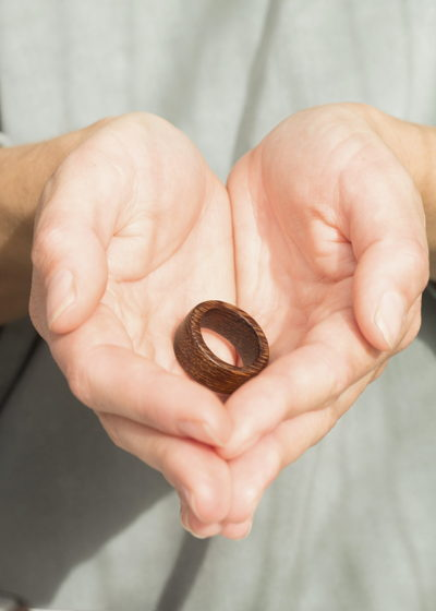 круглое колечко из африканского дуба ирокко